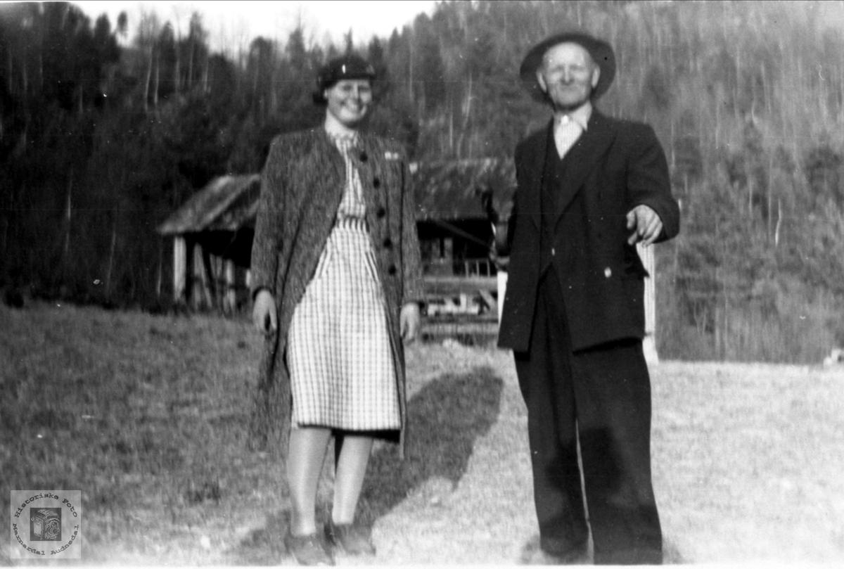 Portrett av Gudny Sundet gift Sølvskar og Ånen Tversland, Bjelland.