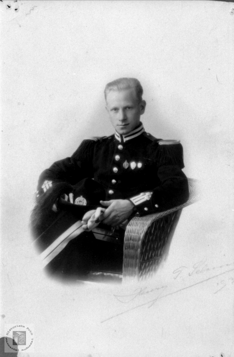 Portrett av Endre Trygsland i uniform, Bjelland