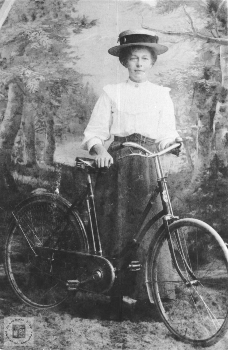 Portrett med sykkel  Tomine Ellefsen, Laudal.
