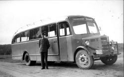 Portrett av sjåfør Karls Steinsland med bussen, Laudal. K-5