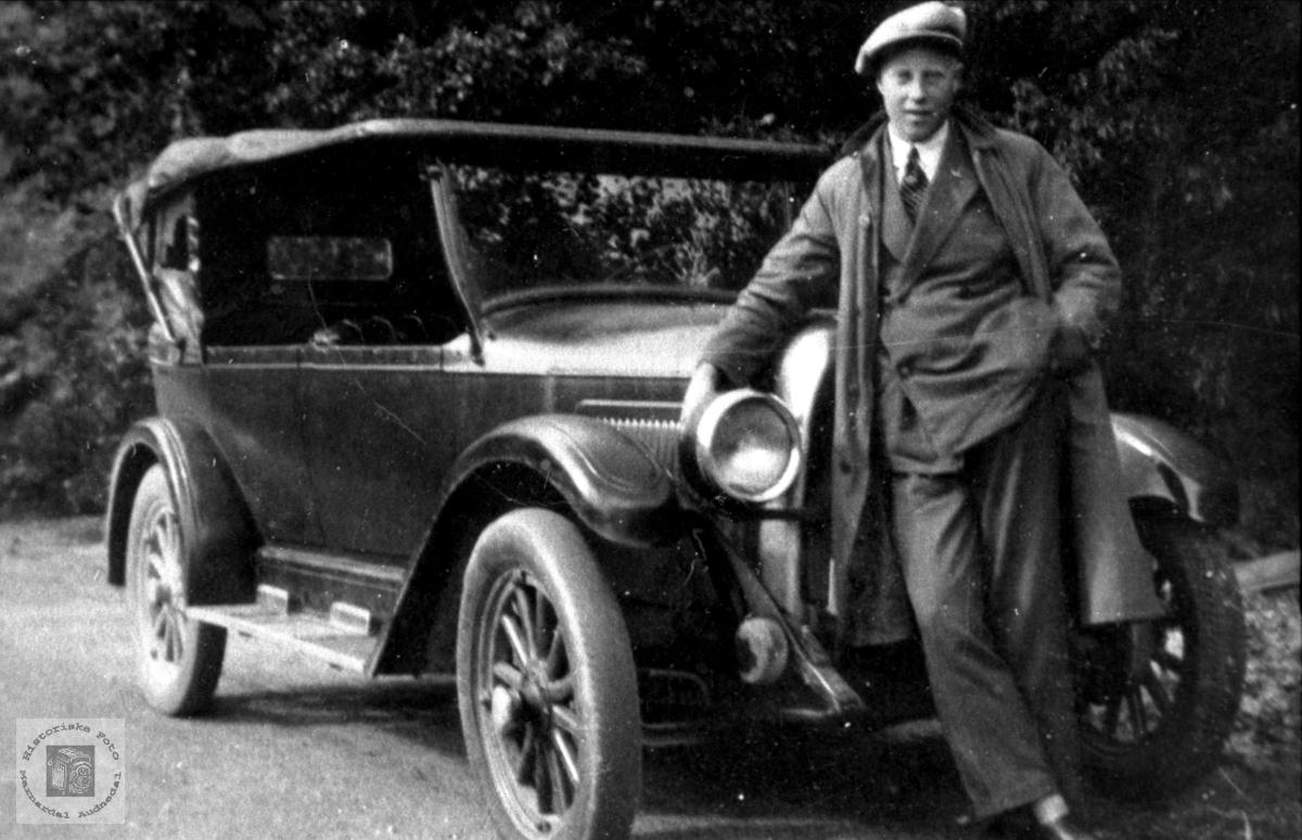 Den gamle bilen. John Kirkehei.