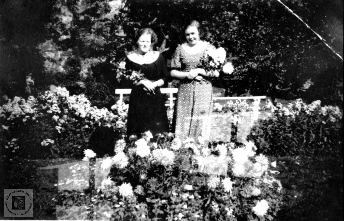 Portrett av venniner. Agnes Kirkehei og Jenny Lauvsland på Mjåland, Laudal.