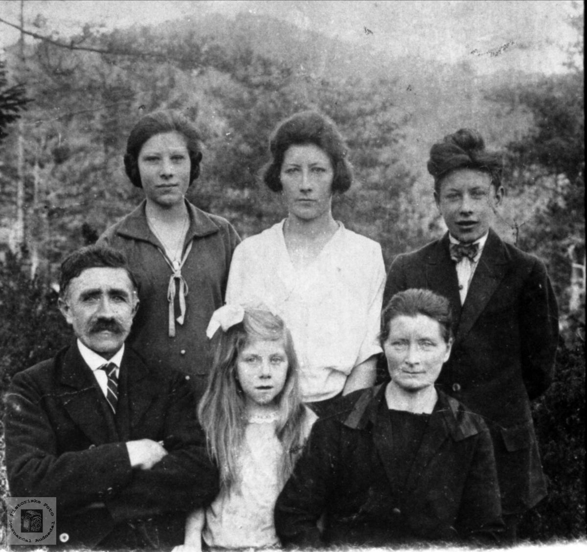 Portrett av familie på Indre Aukland, Laudal.