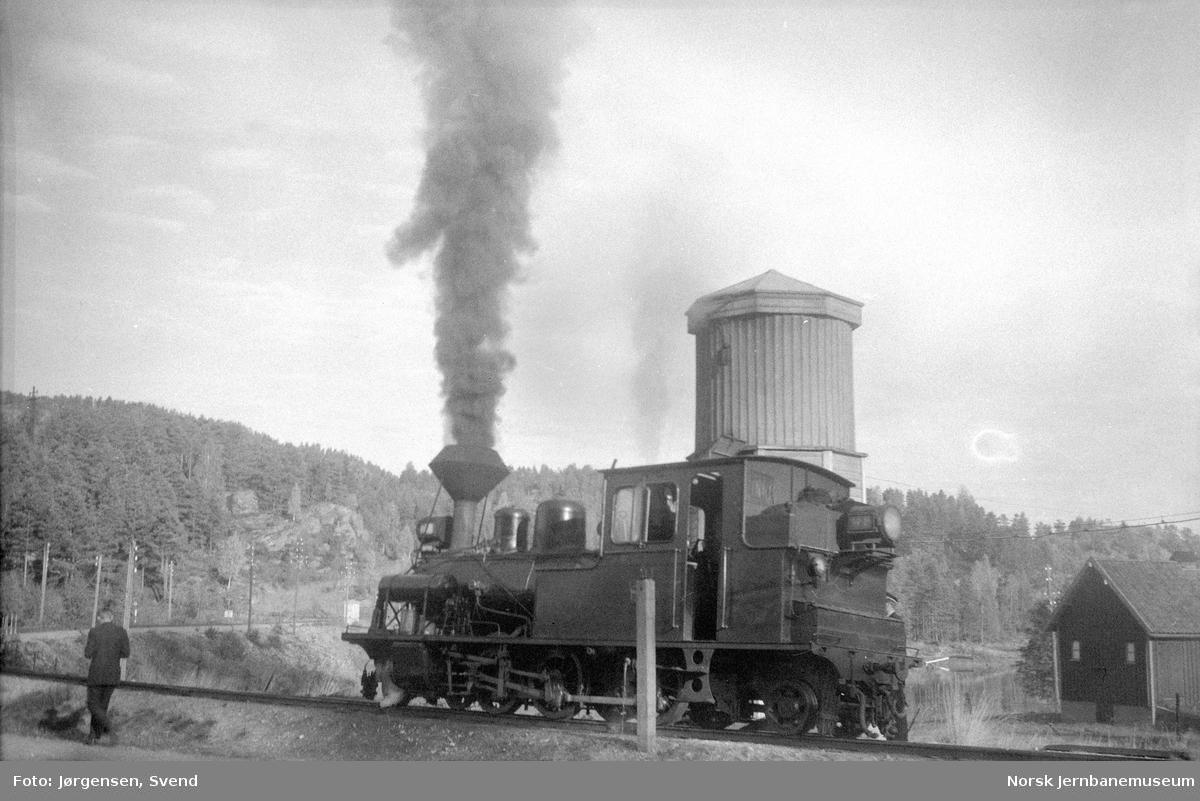 Damplokomotiv nr. 7 tar vann på Røyknes