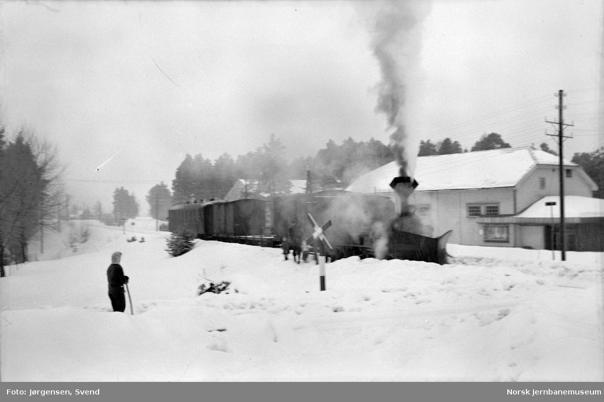 Damplokomotiv nr. 5 med godstog 5661 tar vann ved innkjøringen til Evje stasjon
