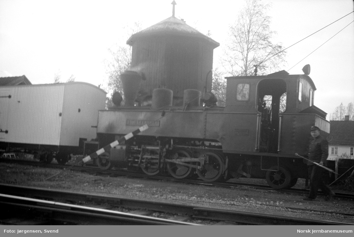 "Damplokomotiv nr. 5 ""Bjørkelangen"" foran vanntårnet på Sørumsand stasjon"