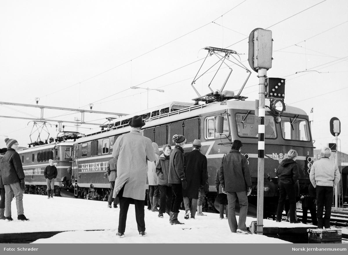 Åpningstoget for elektrisk drift på Dovrebanen etter ankomsten til Trondheim stasjon