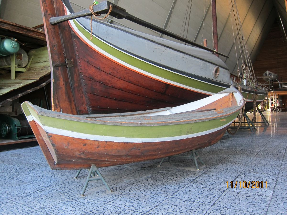 Jolle til storfembøring (NSM.08807). Tjæret, ripbordet grønt med hvit stripe.