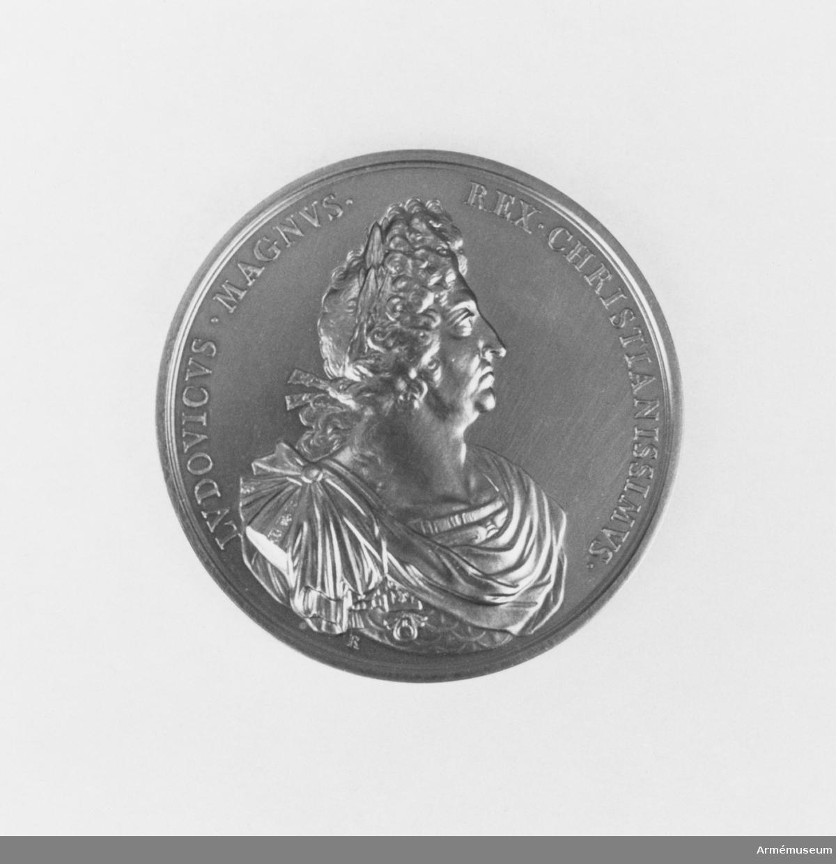 I rött fodral. Bröstbild av Ludvig XVI.