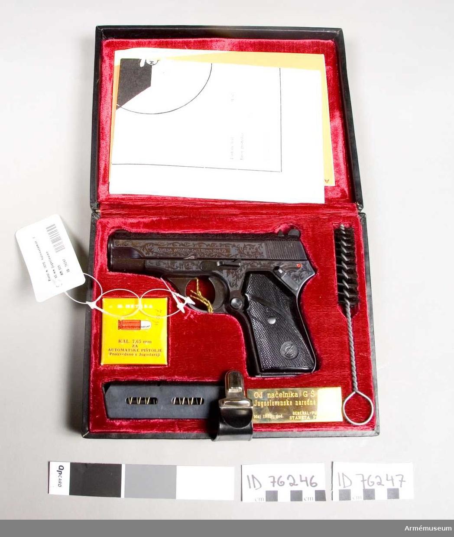 Halvautomatisk pistol.