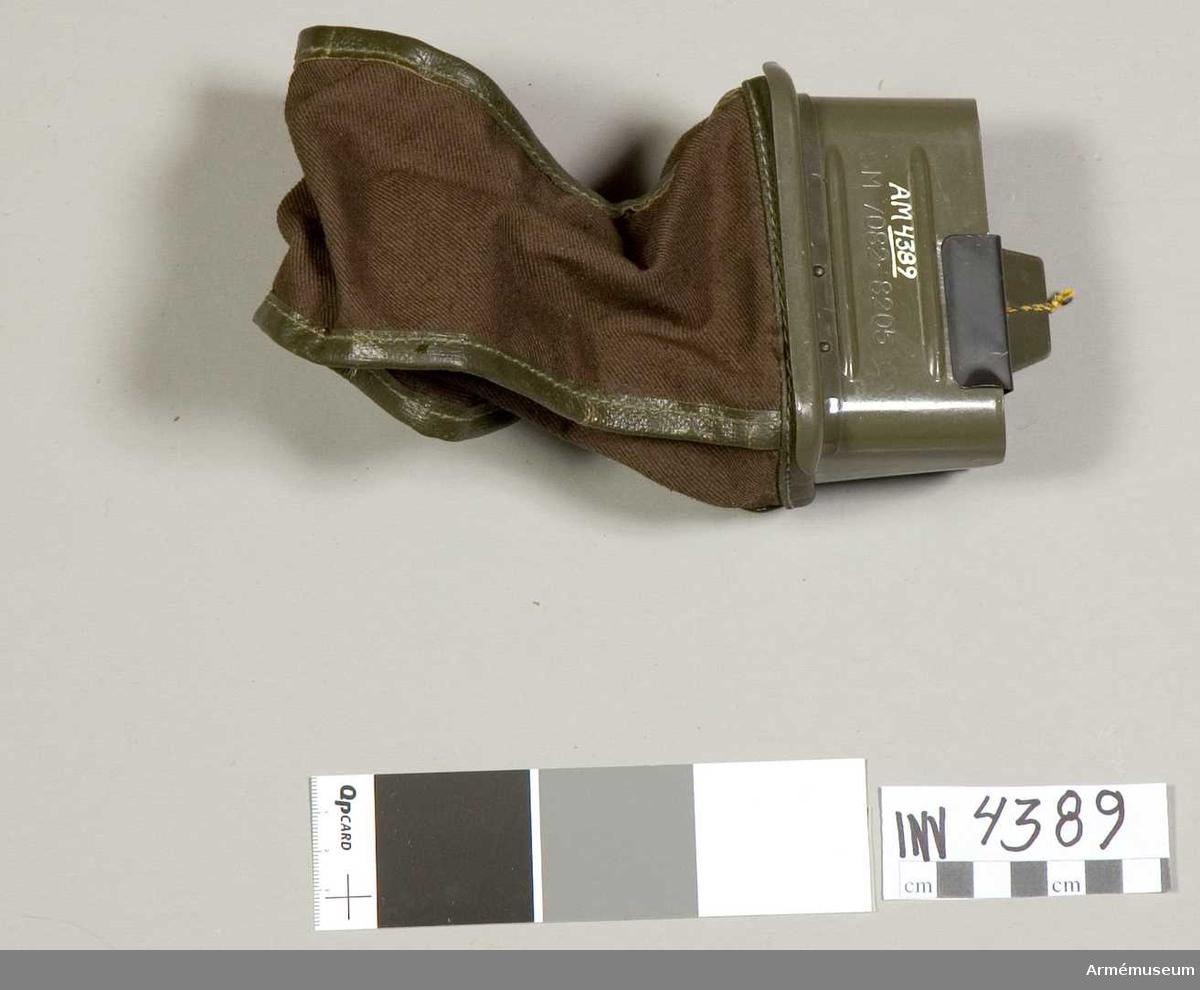 Kassett t kulspruta m/1958.Stomme av järnplåt. Påse av väv m låsanordning av fästtråd med skruvnippel. På ena sidan en fästplåt m hål för fastsättning på  vapnet. På motsatta sidan en spärrfjäder som spärrar  kulsprutebandet. Kassetten rymmer ett band m 49 patroner.