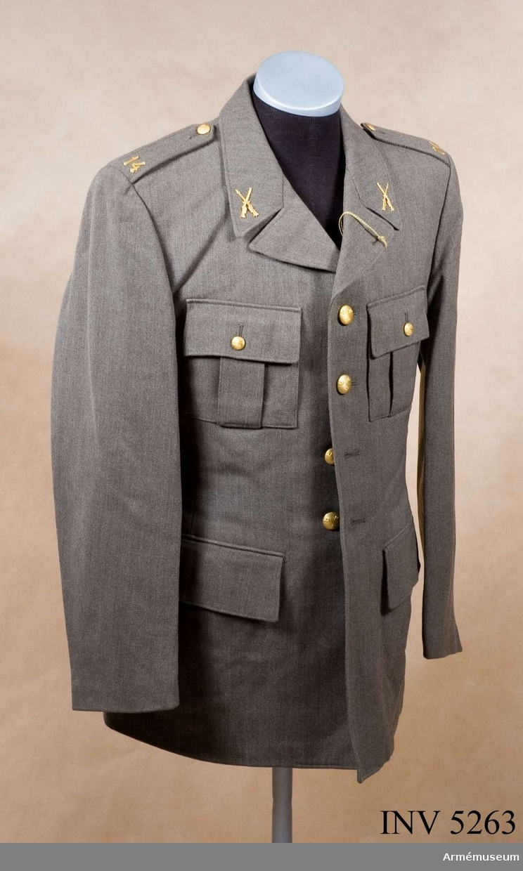 Av samma snitt som uniform m/1939. Daglig dräkt av gråbrungrönt tyg. Bärs till mörkt gråbrungröna byxor. Tjänstetecken mattförgyllda.