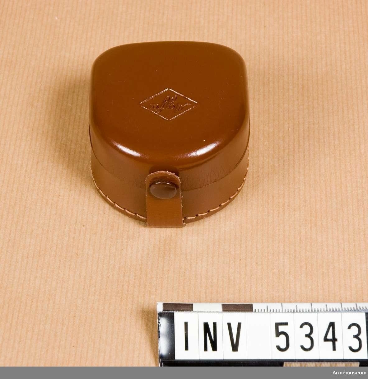 M 1944-030 f Agfa Silette.Märkt: Agfa - 32 mm Made in Germany . Svart, mattförkromat. Mått 57 x 33 x 27 mm. Nytt skick.Motkjusskydd sättes framför kamerans objektiv och skyddar mot motljus som skulle sätta ner bildens kvalitet, regn och smärre  stötar.