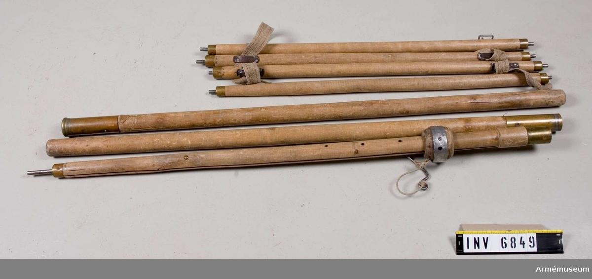 Takstänger 850 mm, 4 stycken. Mittstänger 1150 mm och 1250 mm, antalet 3 st. Takstänger mässingsbeslagna i båda ändarna samt 20 mm tenar, avsedda att fästas i mittkransen och de fyra hörnhålen. Därmed hålls taket utsträckt. Varje stång har ett 80 mm långt läderband i var ände.  Vid förvaring träs ett sadelgjordsband genom läderbandet och håller därmed stängerna samman vid förvaring. Mittstänger längd 1150 mm och 1250 mm  bildar en mittstång. Den 1150 mm långa stången är grÖvre och har en krans som löper runt stången.  Kransen har fyra hål i vilka takstängerna skall stickas in i vid montering. Stängernas  andra ände skall stickas ut genom tältets fyra hörnhål. Kransen  är höj och sänkbar. Mässingsbeslagen.  Genom att stoppa en spik genom det hål som finns nedanför kransen kan man hålla denna på plats. En extra mittstång finns med i denna säck. Den fyller  troligen ingen funktion.  Samhörande nr är AM.6846-51