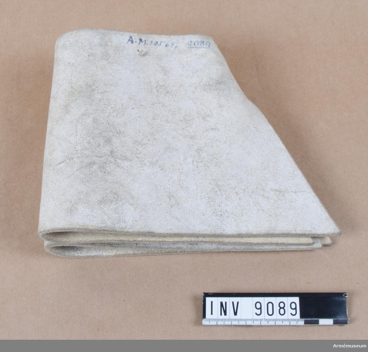 Grupp C I. Handskkragar av vitmålat skinn. Obekant modell. Kragen är ihopsydd 45 mm nedtill i sidan. Den är skuren så att  den vidgar sig uppåt. På insidan finns fyra benknappar. Den på skinnet vita målningen är tämligen nött.