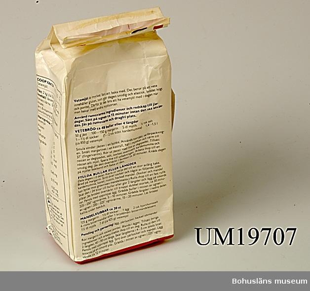 """Förpackning för vetemjöl """"till bakning, matlagning, 2 kilo från AB Juvel för COOP, Kooperativa förbundet."""