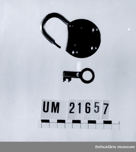 """410 Mått/Vikt ! TJ 1,7 CM 594 Landskap BOHUSLÄN  Nyckel medföljer. Märkt: """"YALE JUNIOR"""". På baksidan märkt: """"TMEYALE & TOWNEMF. G.C.O. Made in Germany"""". Svartmålad med rostfri bygel.  UMFF 39:5"""