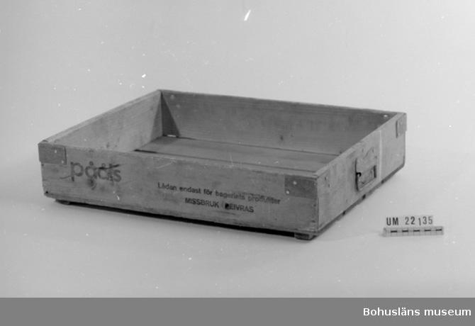 """594 Landskap BOHUSLÄN  Brödbacken är skodd i alla fyra hörnen med järnbeslag. Text på båda sidor: """"Pååls lådan endast för bageriets produkter, missbruk beivras."""" Handtag av järn finns på båda gavlarna.  UMFF 83:4."""