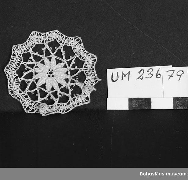 594 Landskap BOHUSLÄN  Knypplad stjärnformad duk i vitt linne. Neg nr. UM 151:2.