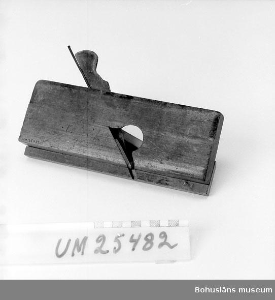 """594 Landskap BOHUSLÄN  Stocken i ett stycke, med styrlist fastskruvad längs vänstersidan. Simshyvel med sekundärt påsatt list på ena långsidan, spår förlängt vid spåröppningen. Hvyeljärnet sitter något snett över arbetsriktningen. Används för nedfalsning av ett spår eller en vinkelprofil i en kant. Fasade kanter, rundad bakdel. Firmamärke för stockens tillverkare sitter på främre kanten: """" A. MATHIESON & SON GLASGOW & EDINBOROUGH"""" och liggande månskära med någon växt i. På en långsida stansat: """"W. JUPP"""", på styrlisten skrivet förhand """"15 e"""". Hyveln komplett, väl använd, kilen hårt sliten. Se UM25478  Inventerat 1996-10-02 CB"""
