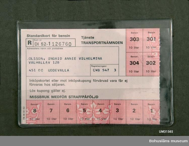 """Ransoneringskort för bensin utfärdat av transportnämnden januari 1974, """"Standardkort för bensin"""". Svart text på vitt papper, kupongerna rödfärgade. Kortet berättigar till inköp av 10 liter bensin vid åtta inköpstillfällen samt ytterligare 10 liter  x 4. Kortet är utfärdat på innehavaren av bil med registreringsnummer CWB 547, VW (Volkswagen) 1958 års modell, Ingrid Olsson i Uddevalla. """"MISSBRUK MEDFÖR STRAFFPÅFÖLJD"""", """"Lös kupong gäller ej"""" framgår av texten på kortet."""