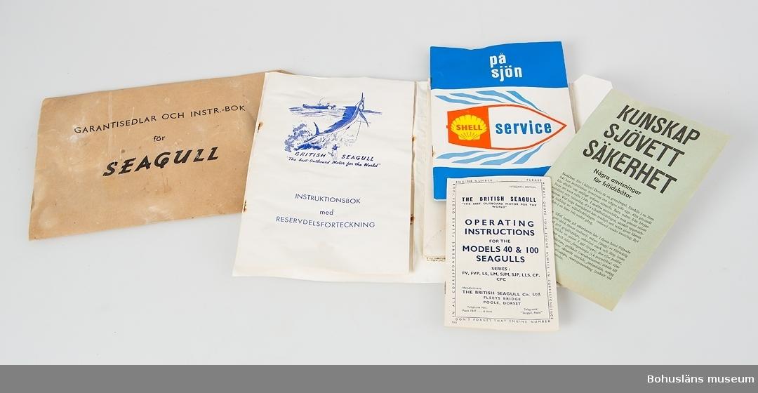 """Instruktionsbok och garantisedlar för utombordsmotor Seagull i originalförpackning, brunt papperskuvert med påtryck. Häfte med färgbild på framsidan och texten: """"Designed by Seamen for Salt Water Service THE WATER BOAT BTITISH SEAGULL """"The best Outboard Motor in the World"""" THE BRITISH SEAGULL CO. LTD., POLE, DORSET, ENGLAND."""" Med flera blad och extra småhäften. Vattenskadad."""