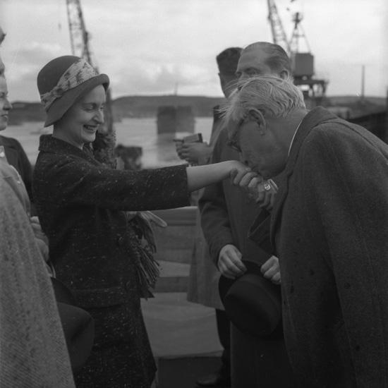 Dop och sjösättning av fartyget 161 M/T Maridal. Fartygets gudmor blir kysst på hand av redaren och Uddevallavarvets grundare Gustaf B. Thordén.