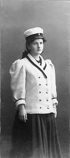 """Stämpel på framsidan: """"Atelier Victoria, Karlshamn."""" Inpräglar på fotot: """"1910."""""""