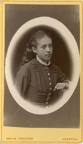 """Text på kortets baksida: """"Fröken Helny omkr.1880""""."""