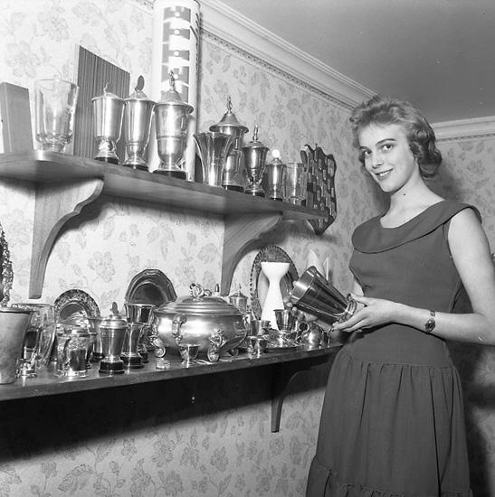 """Enligt notering: """"Majdrottningen 1956. Birgitta Tegnér taget i hemmet 5-5-56""""."""
