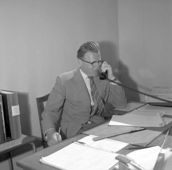 Gustaf Nyckel med kontorsgöromål inför fotbolls-VM på Rimnersvallen, Uddevalla, i juni 1958