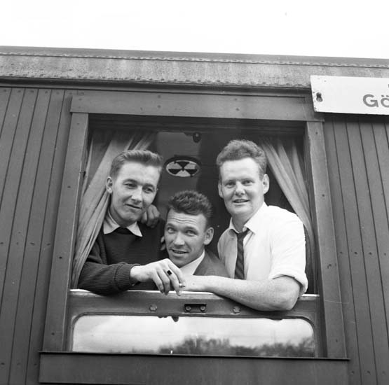 Spelare i fotbollslaget Oddevold tittar ut genom ett tågfönser under resa till Tyskland