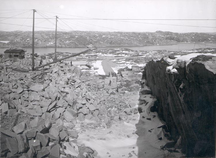 """Noterat på kortet: """"MALMÖN SOTENÄS"""". """"STENBROTT"""". """"FOTO (D75)) DAN SAMUELSON 1924. KÖPT AV DENS. DEC. 1958""""."""
