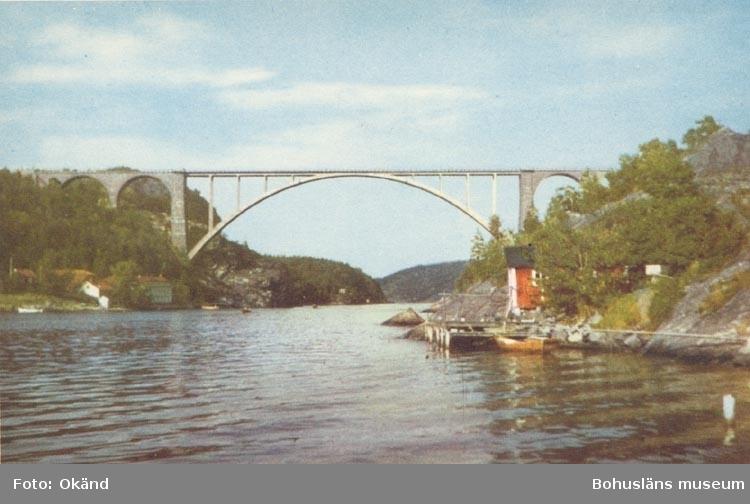 "Tryckt text på kortet: ""Svinesundsbron"". ::"