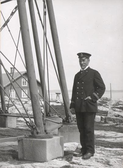 """Noterat på kortet: """"MÅSESKÄR"""". """"FYRMÄSTAREN"""". """"FOTO (D93) DAN SAMUELSON 1924. kÖPT AV DENS. DEC. 1958""""."""