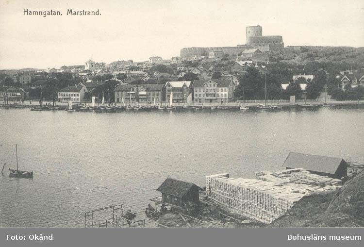"""Tryckt text på kortet: """"Marstrand. Hamngatan."""" ::"""
