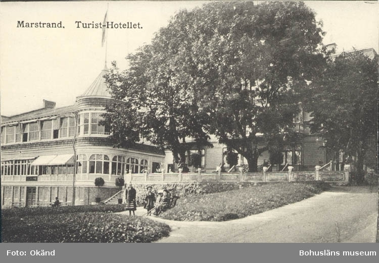 """Tryckt text på kortet: """"Marstrand. Turist-Hotellet.""""  ::"""