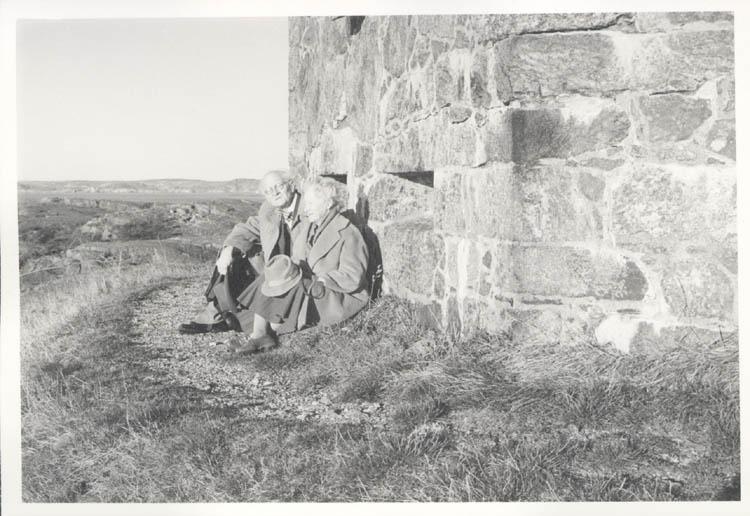 """Noterat på kortet: """"Marstrand. Far och mor vid """"smedjan"""". Precis så sitter de på ett kort från förlovningstiden, taget på samma ställe. 4.11.1961."""""""