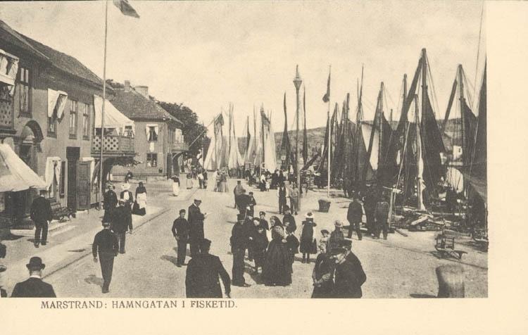 """Tryckt text på kortet: """"Marstrand. Hamngatan i fisketid."""" ::"""
