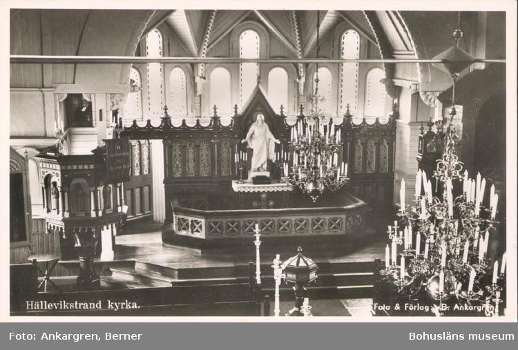 """Tryckt text på kortet: """"Hälleviksstrand. Kyrkan."""" Noterat på kortet: """"Hälleviksstrand Morlanda Sn. Orust. 8 Okt 1955."""""""