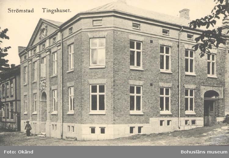 """Tryckt text på kortet: """"Strömstad. Tingshuset.""""  ::"""