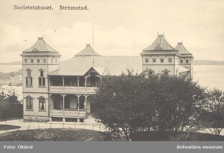 """Tryckt text på kortet: """"Societetshuset. Strömstad."""" """"Förlag: Frida Dahlgren, Garn- & Kortvaruaffär, Strömstad."""""""