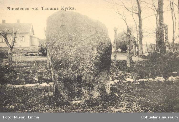 """Tryckt text på kortet: """"Runsten vid Tanums Kyrka."""""""
