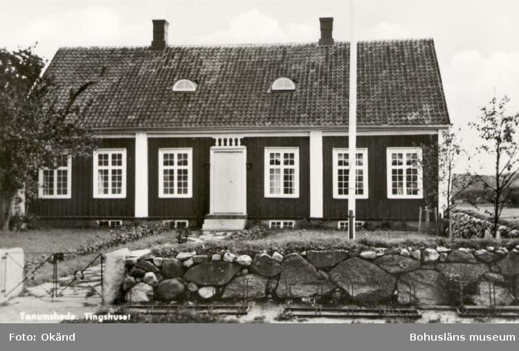 """Tryckt text på kortet: """"Tanumhede. Tingshuset"""" """"Foto & förlag: Tanumshede Foto- & Pappersaffär."""""""