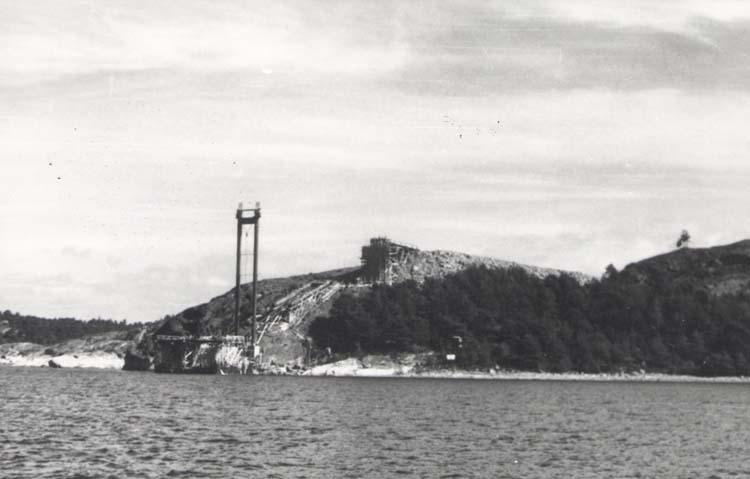 """Noterat på kortet: """"Tjörnbron (Fästet på Källö´s västsida)."""" """"27.8.58."""""""