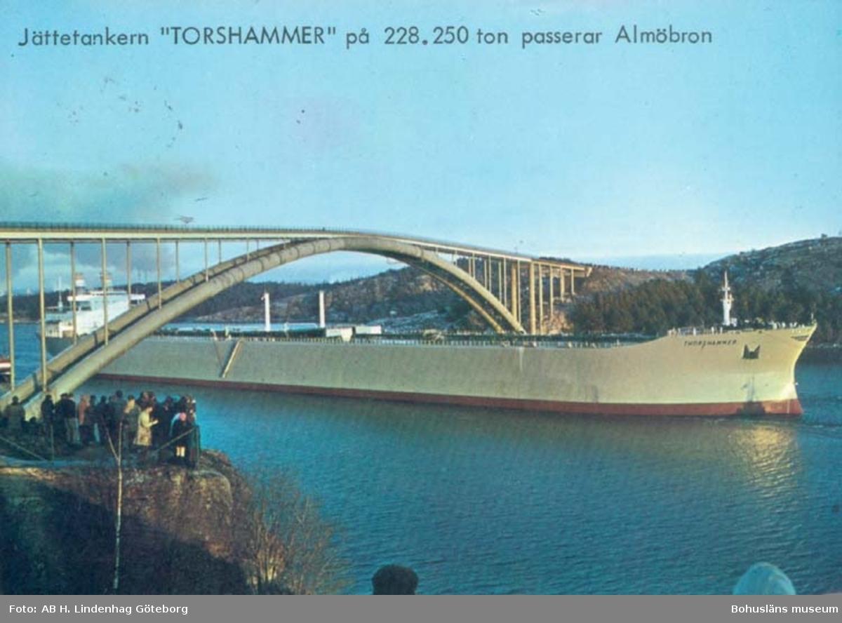 """Tryckt text på kortet: """"Jättetankern"""" Torshammer på 228.250 ton passerar Almöbron."""" """"Jättetankern"""" Torshammer"""" passerar Almöbron 6 dec. 1969. Tankern är byggd vid Uddevallavarvet och mäter 228.250 ton, längden är 325 mtr., bredden är 48 mtr., höjden från köl till radar 53,7 mtr. Fart vid full last 16,3 knop. Vid passerandet av bron som är 42.5 m. hög, hade Torshammer en frigång på 1,5m."""
