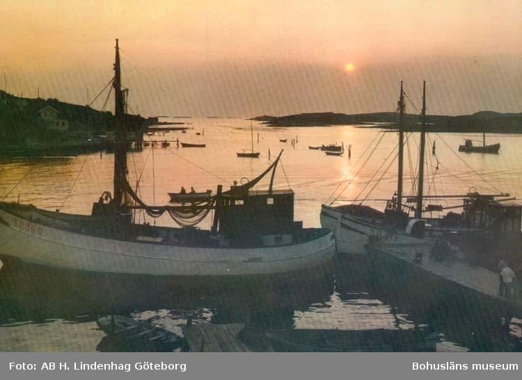 """Tryckt text på kortet: """"Bohuslän. Solnedgång över fjorden."""""""