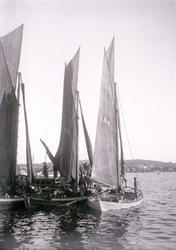 """Enligt text som medföljde bilden: """"Garnbåtar vid ångbåtsbryg"""