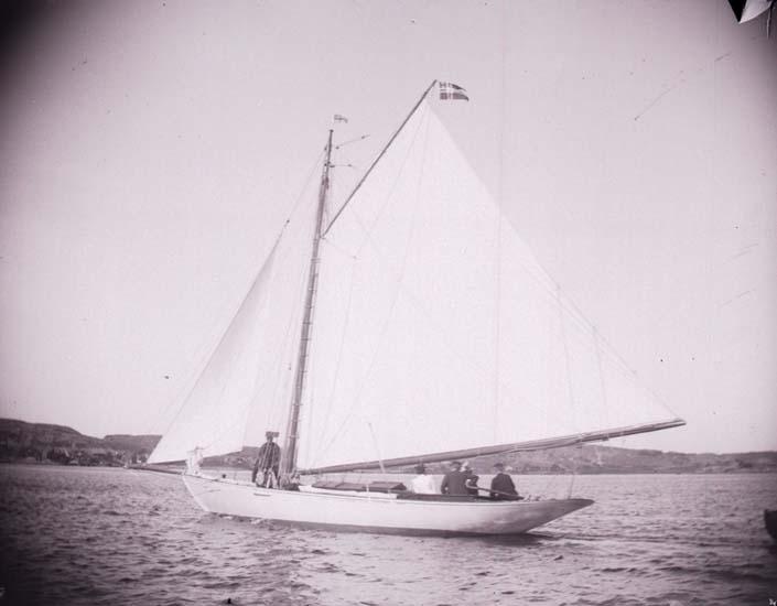 """Enligt text som medföljde bilden: """"En norsk modern lustjakt Runa på Gullmarsfjorden  9/8 1899 Lysekil""""."""