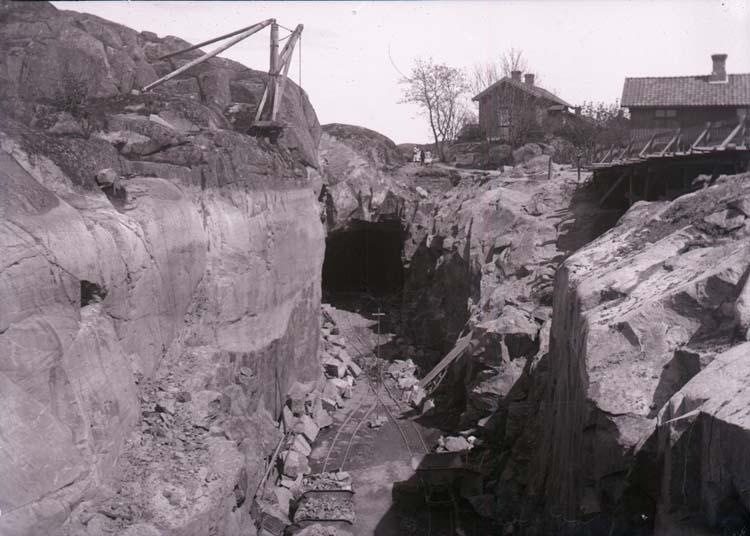 """Enligt text som medföljde bilden: """"Uddevalla. Tunnelsprängning 23/5 1904."""""""